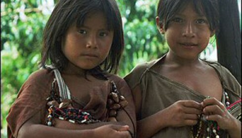 To indianerjenter med vakre smykker av frø og bønner i hendene. Foto: Inga Ragnhild Holst