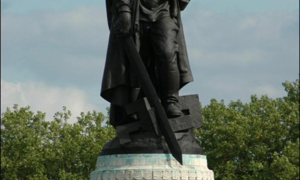 Den mest kjente statuen i parken er denne, en 12 meter høy statue av en russiske soldaten med en tysk pike på armen. <br /> <br /> Inspirasjonen ble hentet fra historien om soldaten Nikolai Masalov, som 30. april reddet en tysk jentunge vandrende rundt alene nær Potsdamer Platz midt under kamphandlingene. <br /> <br /> Det var den sovjetiske skulptøren Soviet Yevgeny Vuchetich som laget den. Foto: Tore Neset