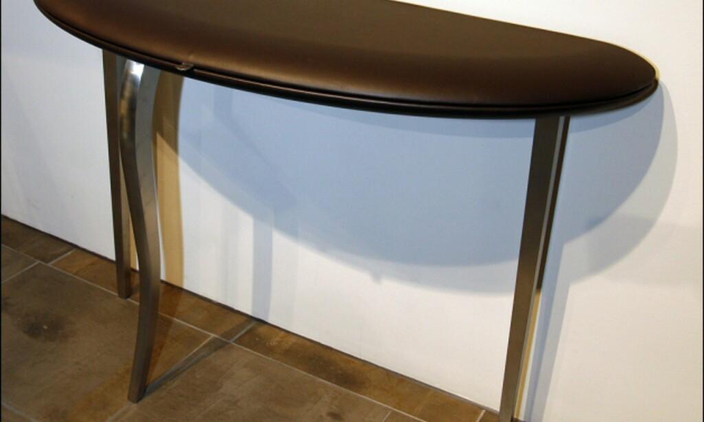 En annen av våre favoritter, konsollbordet - eler pulten - Feluca av Andrea Potman. Også dette er dekket av det mye Poltrona Frau-skinnet. Pris: 42.800 kroner. Foto: Per Ervland