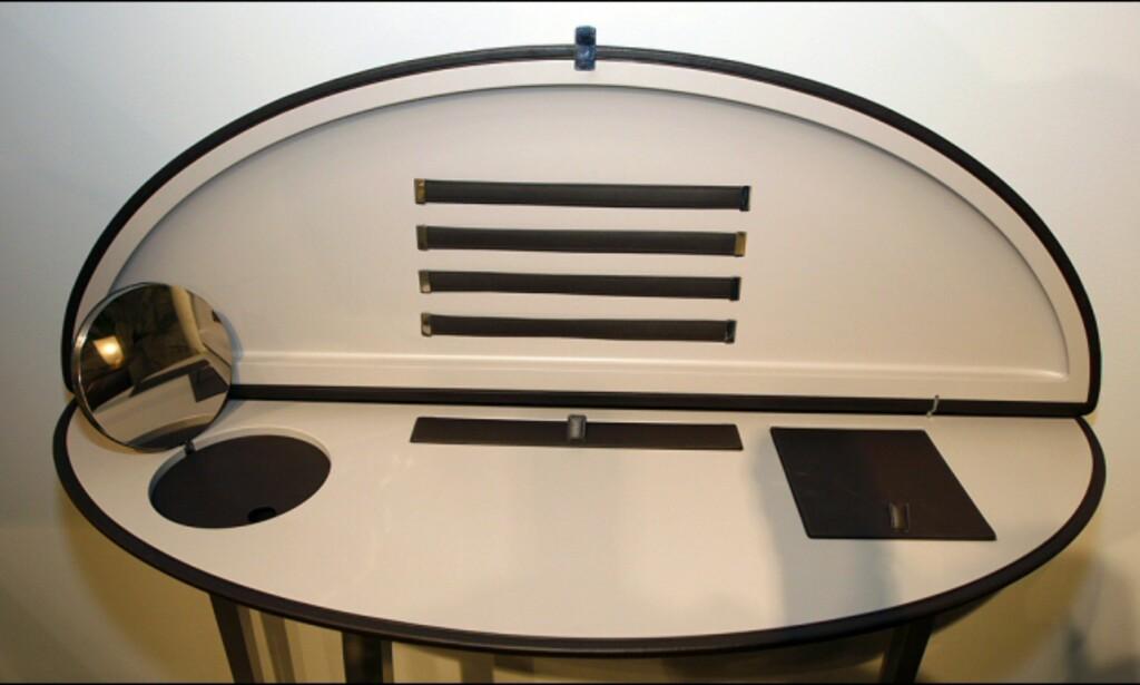Feluca har både speil, rom til blyanter - og smarte system for oppbevaring av papir og konvolutter. Speilet kan forøvrig selvfølgelig brettes ned. Foto: Per Ervland