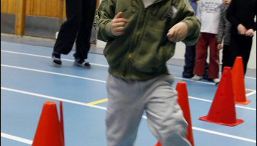 Mathias (4) løper slalåm i hinderløypen. Foto: Per Ervland
