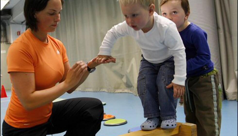 Idrettspedagog Elisabeth Stafne hjelper med å holde balansen. Foto: Per Ervland