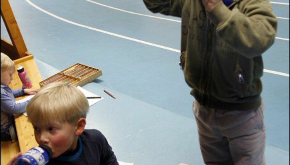 Mathias (4) og Alfred (4) slukker tørsten med vannflasken. Foto: Per Ervland
