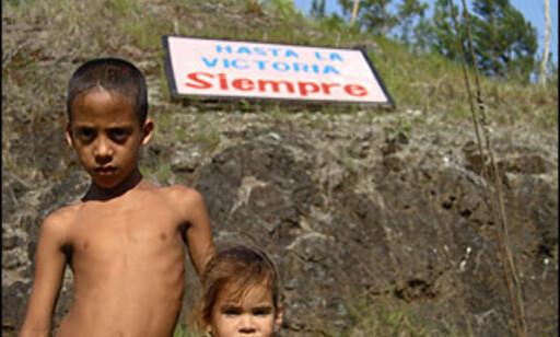 Disse barna selger kokosdessert langs bilveien i Baracoa-området.  FOTO: Inga Ragnhild Holst