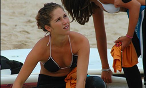 Andrea vokser brettet og gjør seg klar til surfing.