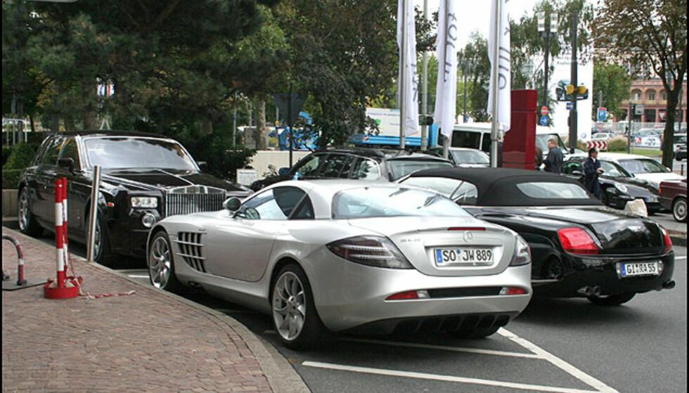 En parkeringsplass foran hotellet ved messen. Rolls-Royce, Bentley Continental GTC, Mercedes SLR McLaren... Parkeringsbøter ble skrevet ut, så de passer seg nok en annen gang...
