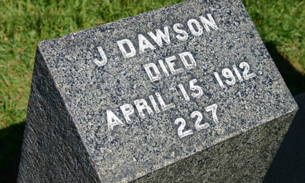 """Her er den mest """"populære"""" graven på Titanic-kirkegården. Personen som Leonardo DiCaprios skikkelse (i filmen Titanic) er bygget på. Da Titanic-likene ble dratt opp av havet i 1912, ble de nummerert. J Dawson var altså passasjer nummer 227 som ble dratt opp av vannet. Foto: Kim Jansson"""