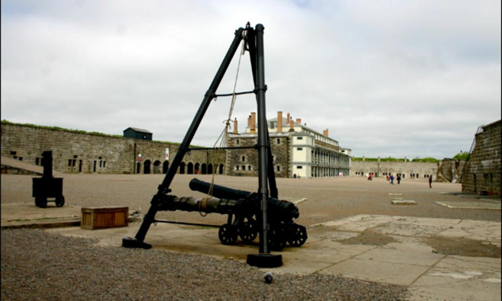 Citadel er et massivt stjerneformet fort, på toppen av en liten høyde bak Halifax' bysentrum. Bygningen, slik den står i dag, tok 28 år å bygge. Fortet var et gunstig utganspunk for å forsvare byens havneområde.