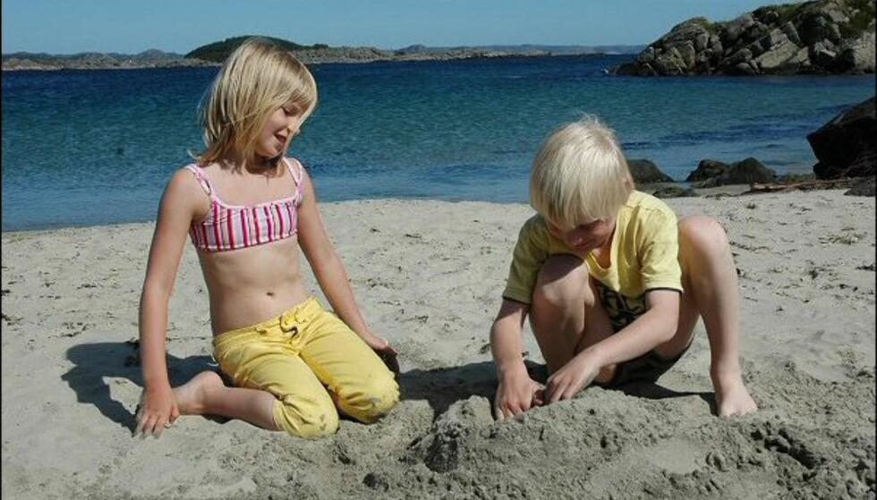 På Einarsneset rett ved Lomsesanden Camping finner du lett din egen lille strand. Er det folk der du havner først, kan du bare gå videre. Foto: Tore Neset