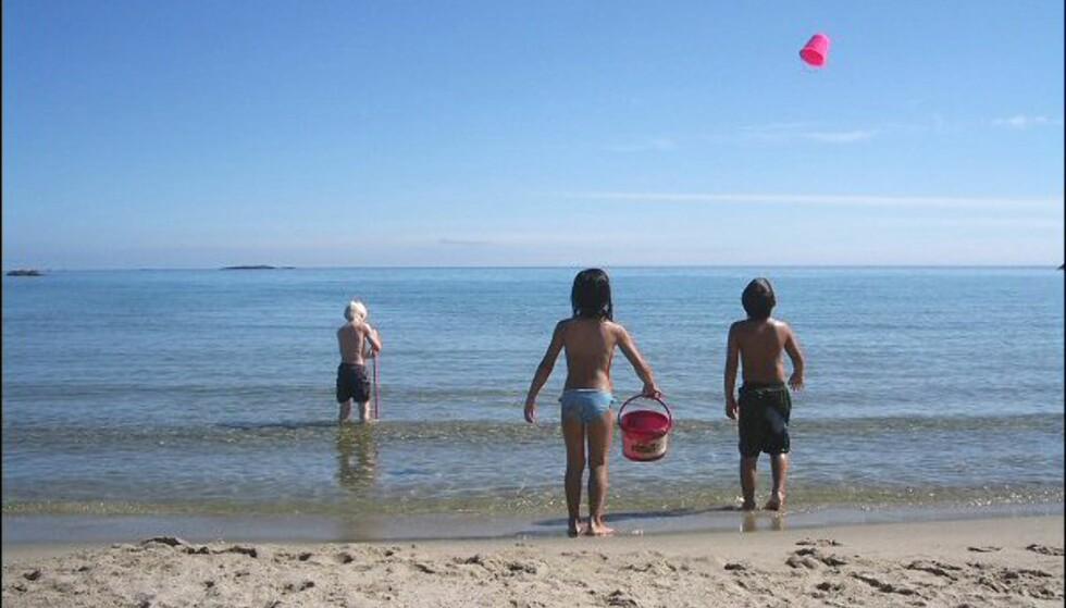 På stranda er det nok å plass å boltre seg på. Alt skal testes når man er mellom sju og ni… Foto: Tore Neset