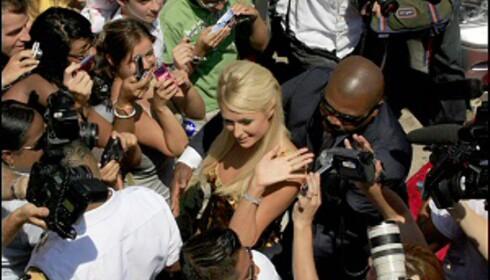 Paris Hilton i kjent positur, omringet av både fans og fotografer. Tilfeldig? Neppe. <i>Illustrasjonsfoto: All Over Press</i> Foto: All Over Press