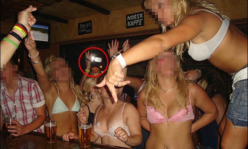 Jentene befinner seg på en norsk bar i Magaluf og stemningen på dette bildet er i startfasen. Senere bilder i fotoserien viser at jentene ender opp mer eller mindre nakne i baren. Legg merke til han som filmer i bakgrunnen.
