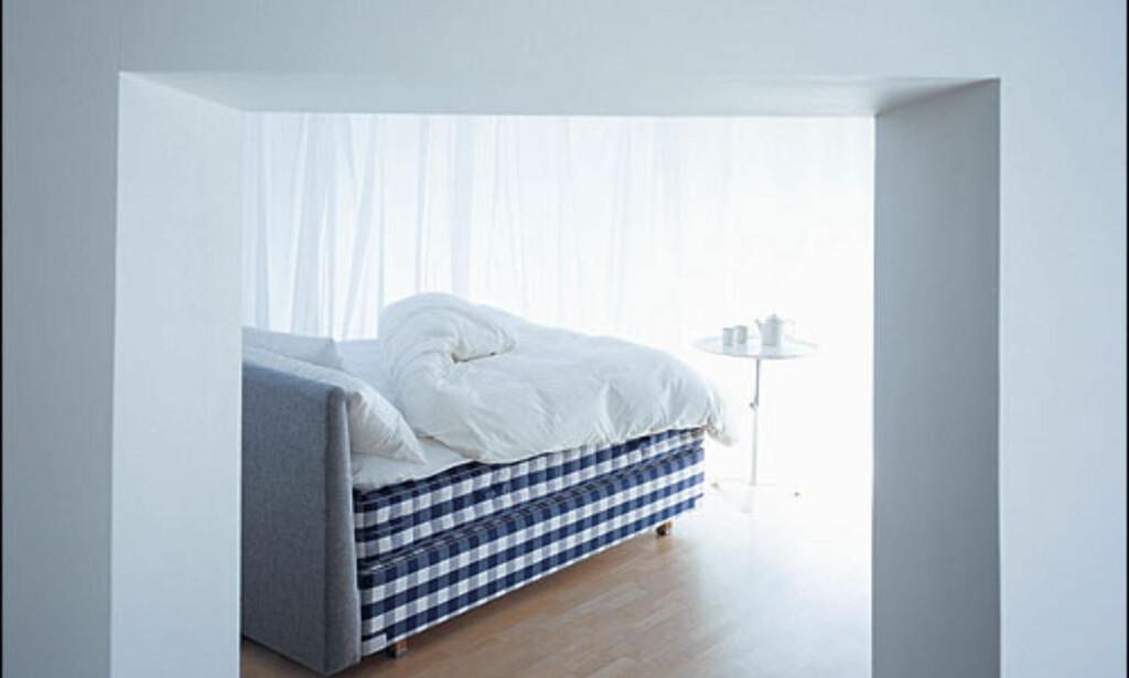 Svenske Hästen selger også sengetilbehør som gavler, nattbord og sengetøy. Produsenten er Svanemerket, det vil si at alle ledd i produksjonskjeden er miljøvennlige.  Foto: Hästen Foto: Hästen
