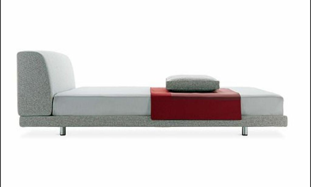 Denne minimalistiske sengen kommer også fra Zanotta og koster fra 3.000 - 10.000 dollar avhengig av størrelse og materialvalg hos Unicahome.com  Foto: Unicahome.com