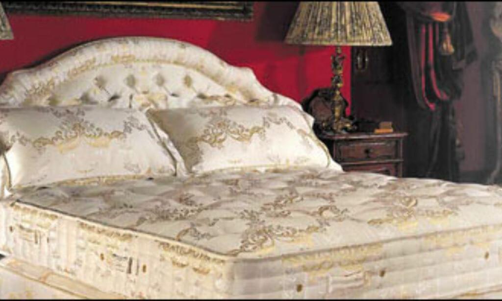 Damask med gulltråd, kasjmir og lammeull og fjærer dekket i bomullsdamask. Det spares ikke på varene når Hypnos lager senger; og så koster de også 15.000 dollar, tilsvarende 90.000 kroner.<br /> <br /> <i>Foto: Hypnosusa.com<br />  Foto: Hypnosusa.com