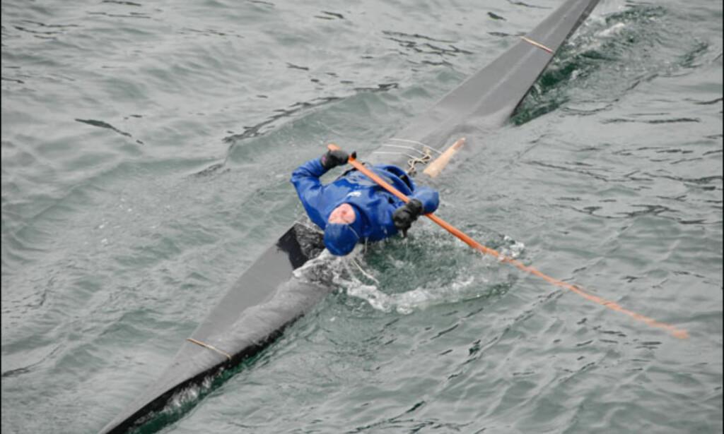 En lokal helt blir stjerne ved å vise cruisepassasjerene hvordan man utfører eskimorullen. Foto: Lars Brubæk