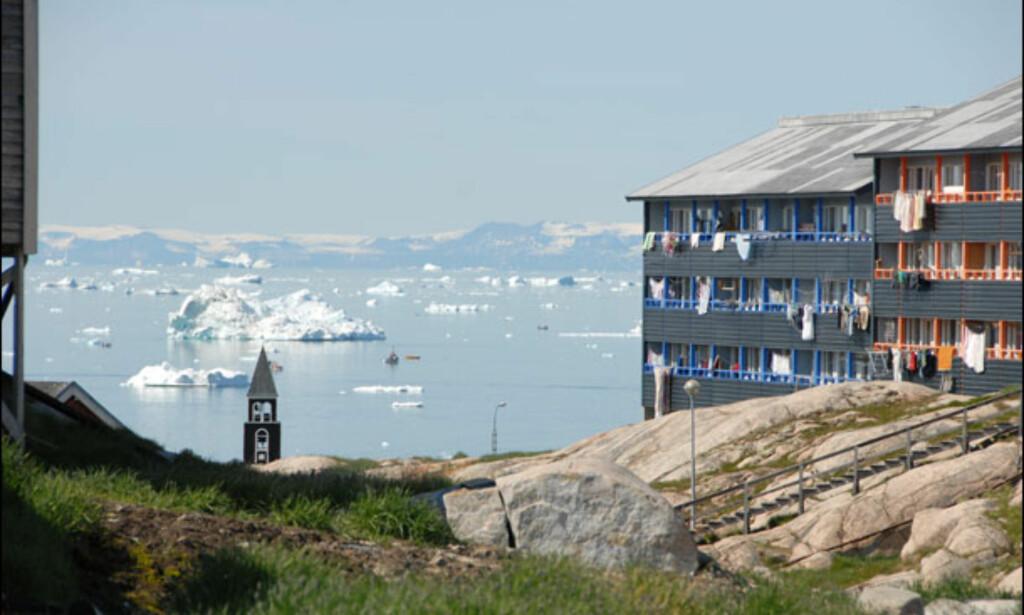 Blokk i Ilulissat, som på grønlandsk betyr isfjell. Ilulissat er øyas tredje største by, og inngangsport til Ilulissat Isfjord som ble oppført på UNESCOs verdensarvliste i 2004. Foto: Lars Brubæk
