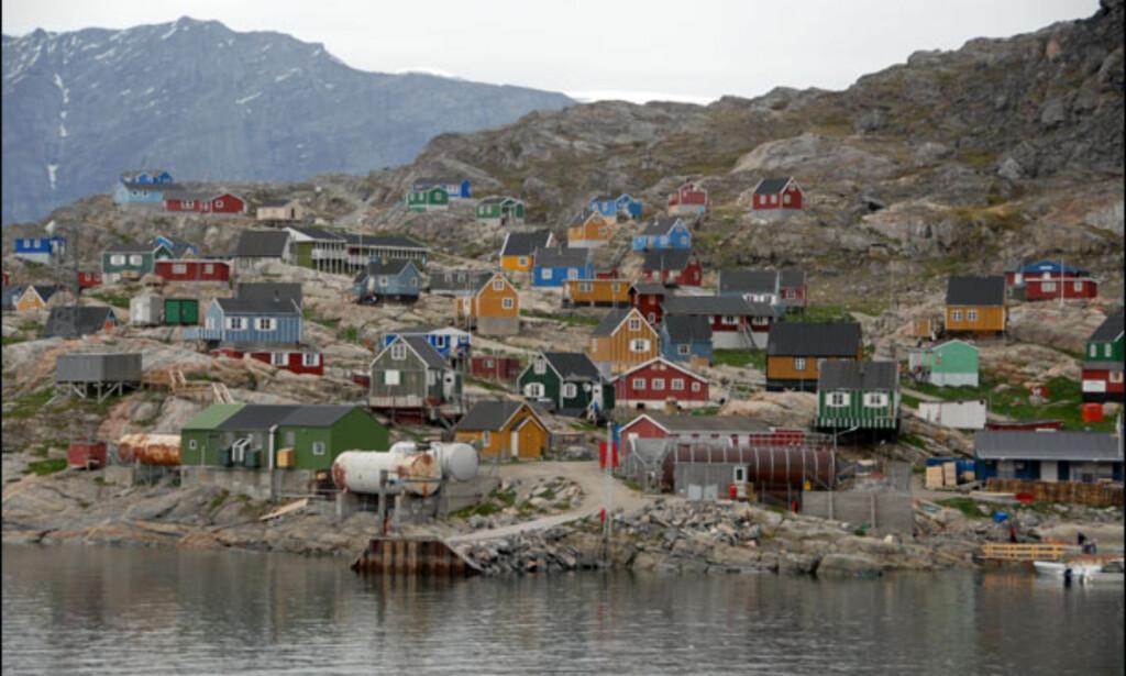 Ukkusissat huser under 200 personer, som stort sett lever av jakt og fiske. Her finnes også håndverkere som utnytter de lokale forekomstene av kleberstein. Foto: Lars Brubæk