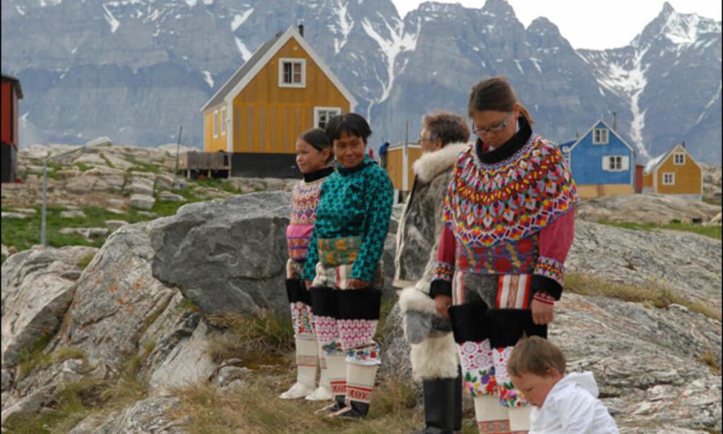 Typiske nasjonaldrakter med karakteristiske perlekrager. Foto: Lars Brubæk