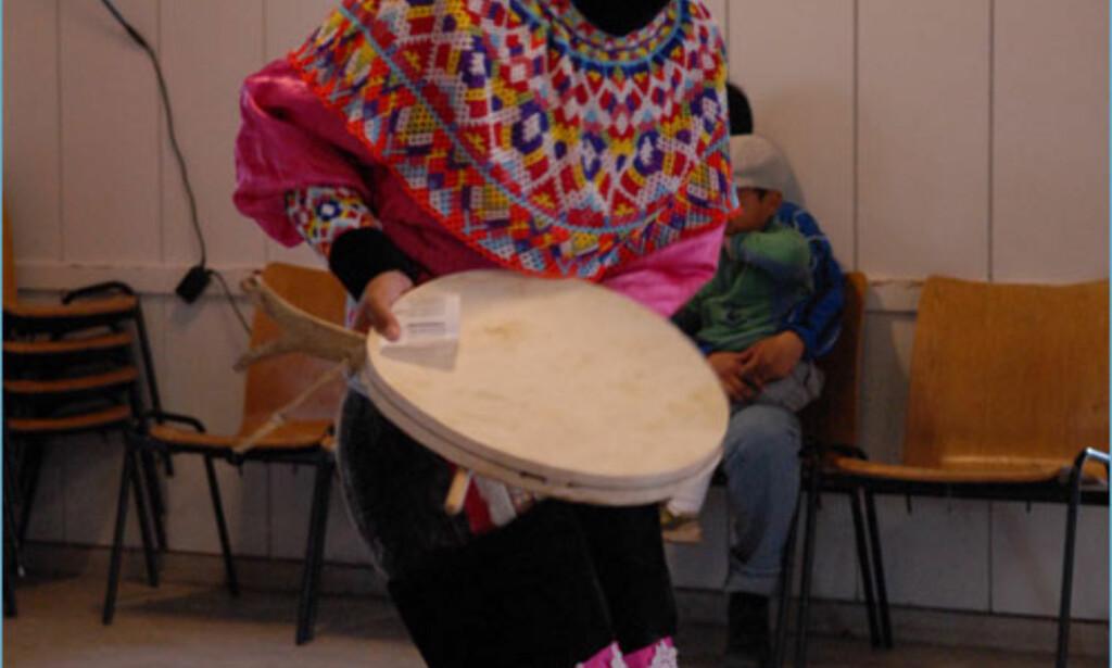 Den lokale jordmoren viser seg i trommedans til ære for turistene. Foto: Lars Brubæk