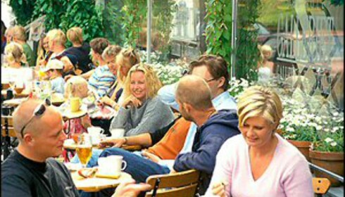 Om sommeren kryr folkelivet i Stavern. Foto: Vidar Askland/1-images.no