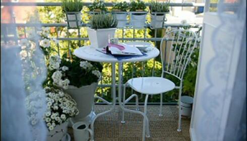 """<strong>Quick-fix, for øyeblikkelig sommer på balkongen:</strong> Legg et teppe, gjerne i plast eller strå, finn frem små og nette <a href=""""/376769/hot-i-hagen"""">møbler</A>, og sett frem planter i bøtter, spann og verandakasser. <i>Et voila... </i><i>Foto: Ikea</i><br /> <br />"""