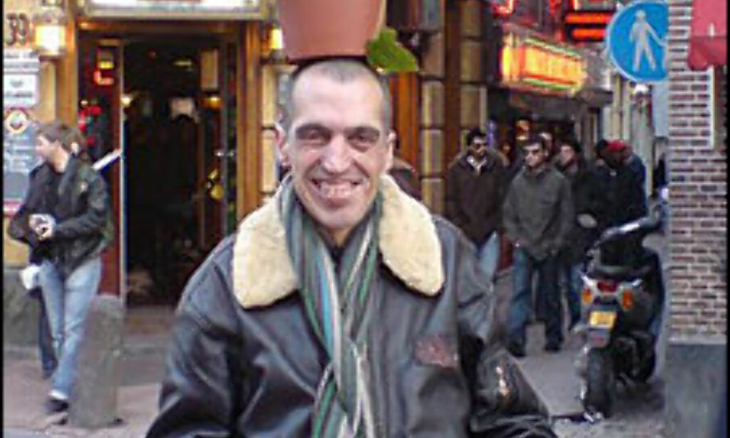 Aziz er en av mange hasjselgere i Amsterdam. Potteplanten er et velgjennomtenkt PR stunt i følge ham selv. Foto: Dag Erik Grøtnæs