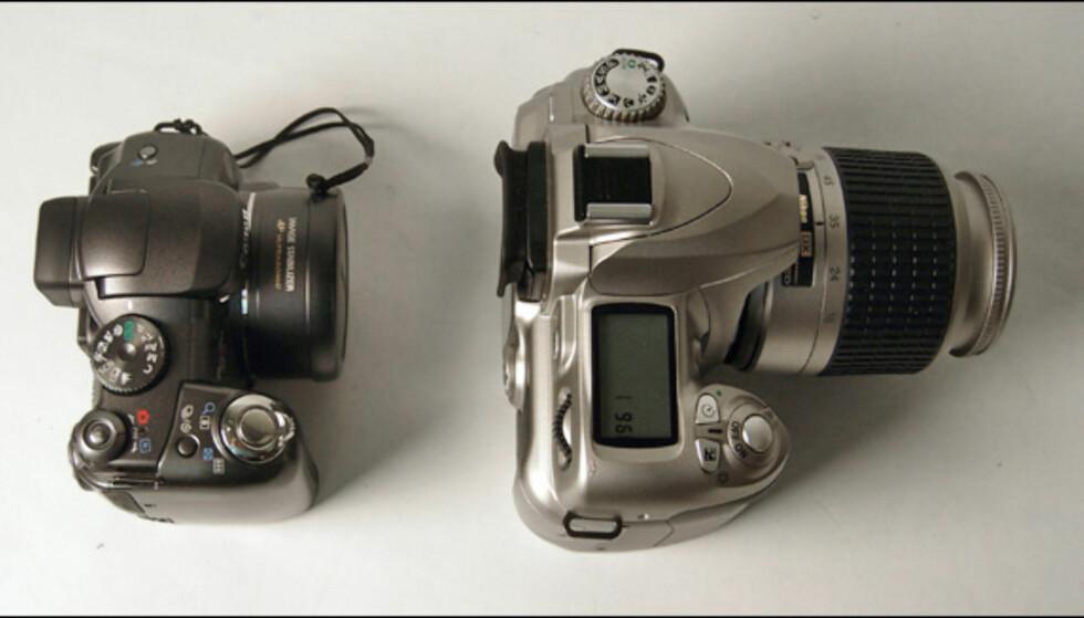 Canon PowerShot S3 IS avbildet side om side med speilreflekskameraet D50 fra Nikon.