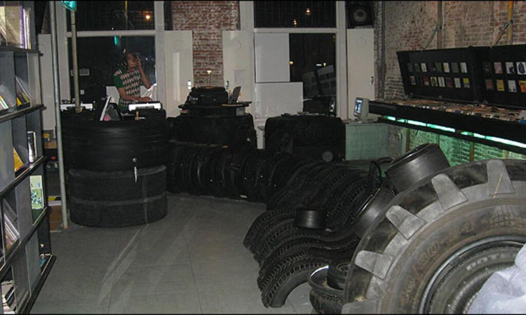 Inngangen til Worm, med egen DJ og traktor-og bildekk som sitteplasser. Foto: Dag Erik Grøtnæs