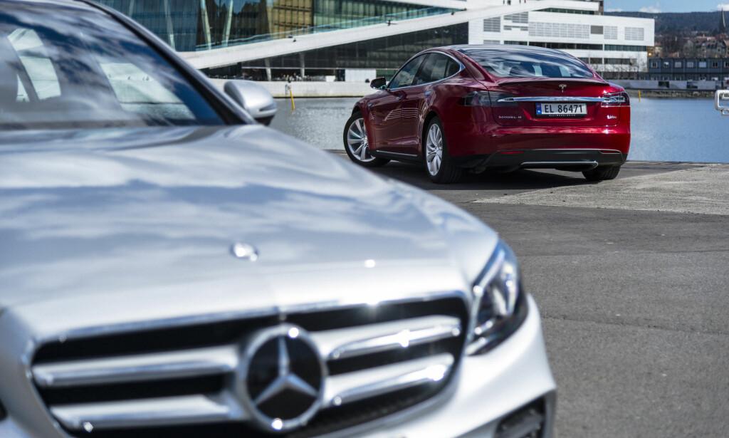 SELVKJØRENDE BILER: Både Mercedes og Tesla er tidlig ute med å teste ut autopilotsystemer. Tesla er dog hakket foran Mercedes. FOTO: JAMIESON POTHECARY