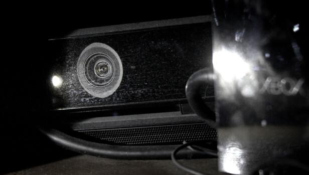 STØVER NED: Her ser du vår Kinect, der den støver ned ved siden av den gamle strømadapteren. Xbox One S leveres uten både Kinect og ekstern strømforsyning. Foto: Ole Petter Baugerød Stokke