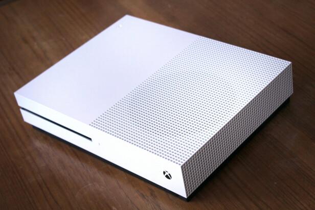 <strong>PEN:</strong> Vi liker designet på Xbox One S. Forgjengeren så ut som hifi, denne ser ut som noe for seg selv. Foto: Ole Petter Baugerød Stokke