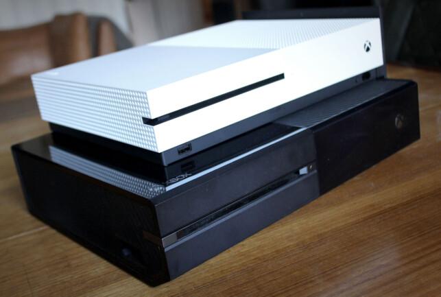 MINDRE: Xbox One S oppå en vanlig Xbox One. Foto: Ole Petter Baugerød Stokke