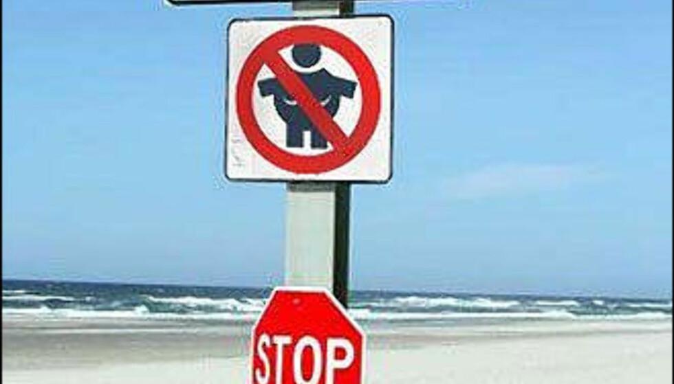 <strong>Skilt på nudiststrand:</strong> Fete damer har ingen adgang (!) Foto: Eatliver.com