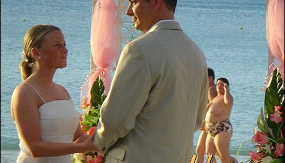 Den perfekte bryllupsstrand, og det perfekte bryllupsbildet? Merk strandløvene som passerer i bakgrunnen. Foto: Jokaroo.com