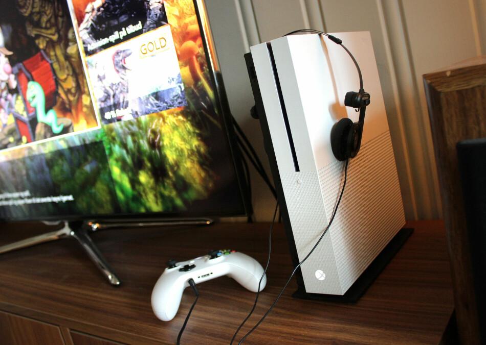 XBOX ONE S: Splitter nye Xbox One S kommer nå i butikkene. Selv om den er ny, gir den deg ikke en veldig annerledes opplevelse. Foto: Ole Petter Baugerød Stokke