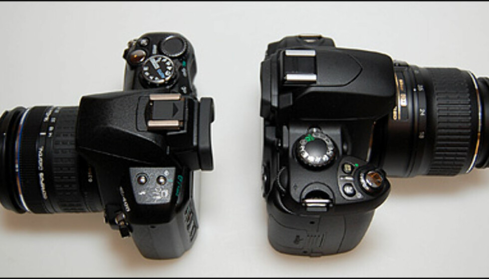 Til venstre: Olympus E-400, til høyre: Nikon D40 (som regnes for å være ganske lite)