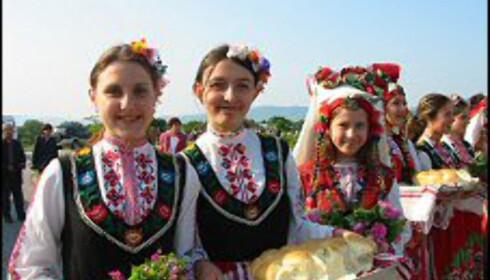 Jentene har pyntet seg for Bulgarias årlige Rosefestival (mer info lenger ned i artikkelen). Foto: Bulgaria Travel