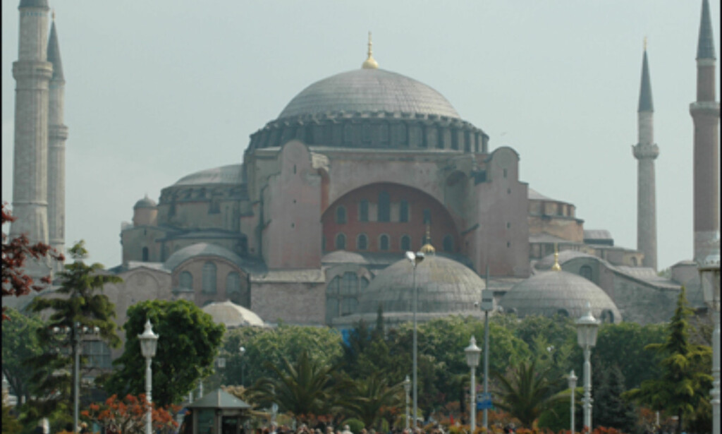 Hagia Sophia ble påbegynt på 500-tallet og har huset blant annet vikinger. I dag er den et museum.
