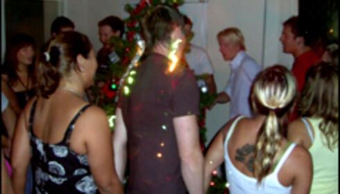 Bildet viser nordmenn i Australia som går rundt juletreet - en tradisjon som er ukjent for de fleste australiere.