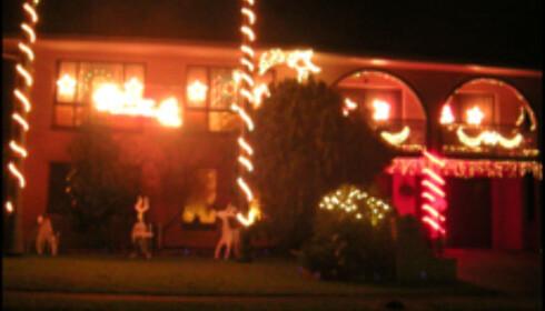 Merk deg at alle lysene på dette huset blinker. Slik vet australerne at julen nærmer seg. Foto: Kim Jansson