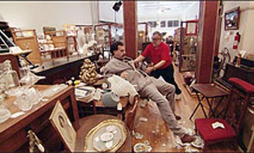 I Mississippi ødelegger Borat varer for hundrevis av dollar i en anktikvitetsforretning. Foto: 20th Century Fox/All Over Press