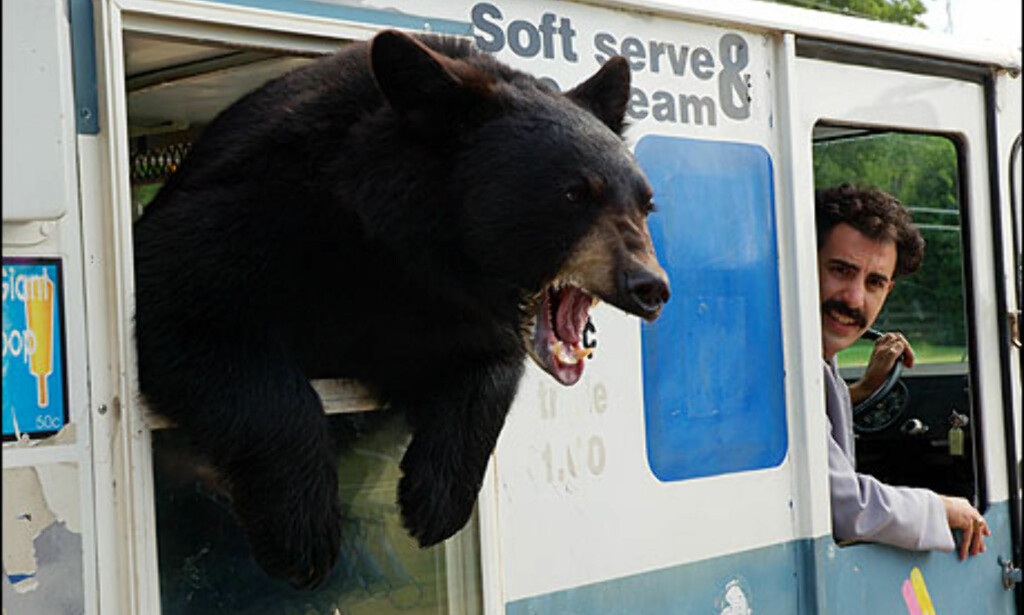Borats kompis skremmer andre på veien, samt Borat selv. Bjørnen blir med i reisefølget i Tennessee. Foto: 20th Century Fox