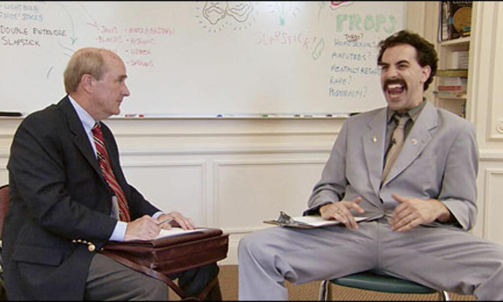 Borat kurses i både humor, etikette og bilkjøring på sin visitt i statene. Foto: 20th Century Fox