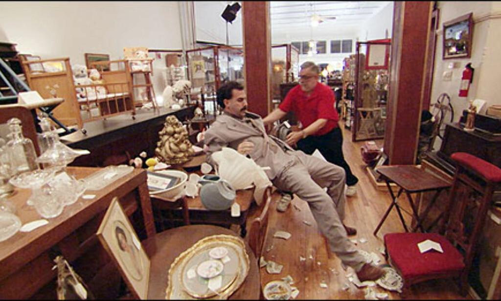 På sin ferd knuser Borat varer for store verdier i en antikvitetsforretning i Mississippi. Foto: 20th Century Fox/All Over Press