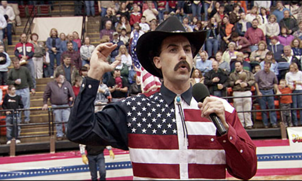 På rodeo i Roanoke, Virginia, herper Borat nasjonalsangen og får hele publikum mot seg. Foto: 20th Century Fox