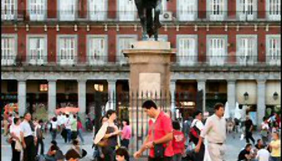 Flybilletter til Madrid får du nå hos både, SAS Braathens, Norwegian og Ryanair. her fra Plaza Mayor.