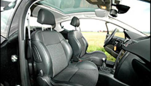 Sportslig, komfortabel og luftig cockpit i 207 GT. Skal vi klage på noe, så er det vel nesten bare at den har litt for dårlige koppholdere.