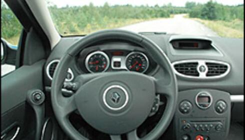 Førerplass og kjørekomfort er - med unntak for motoren - blant Clios sterke sider. Gode justeringsmuligheter, gode seter, god støydemping.