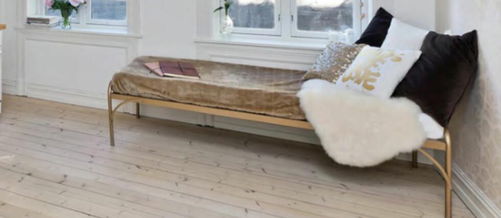 En gammel militærseng ble en perfekt divan til stuen.  Foto: Privat